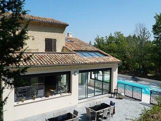 Luberon, 6 chbres, 14 couchages, piscine ensoleillée chauffée terrain privé 2ha.