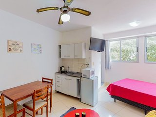 Efficiency apartment in the heart of town - close to shops, beaches, & more!