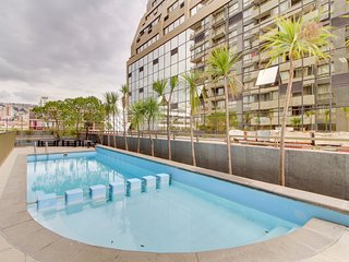 Cozy apartment w/balcony, shared pool, great location near shopping