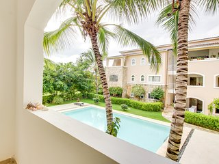 Dog-friendly condo w/ shared pool, 5-minute walk to the beach!
