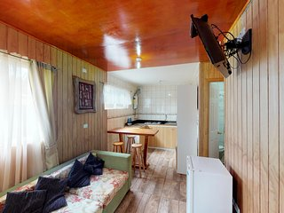 Homey cabin with free wifi & cable TV - convenient location for exploring!