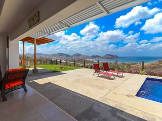 Long-term discounts: Luxurious home w/ ocean views & private pool near town!