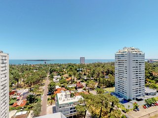 Spacious penthouse condo w/ views & shared fitness room - blocks from beach!