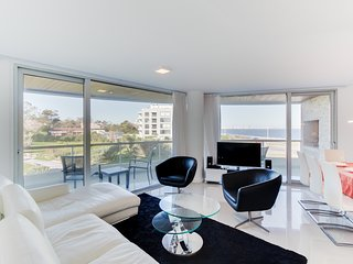 Sleek condo with shared pools & sauna, jet tub - only a walk to beach!