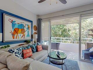 Chic, modern apartment w/ balcony & shared pool/terrace/BBQ - near beaches!