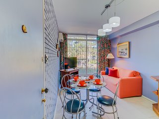 Colorido apartamento c/ excelente ubicacion- Colorful apartment w/ good location