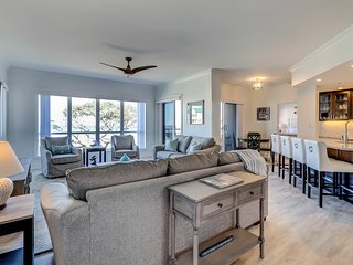 Beautiful condo with community pool and hot tub, plus oceanfront views!