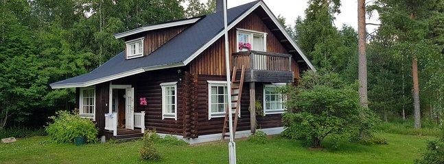 Casa ecológica en el bosque cerca del lago meteorito