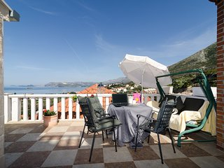 Spacious apartment very close to the centre of Cavtat with Parking, Internet, Ai