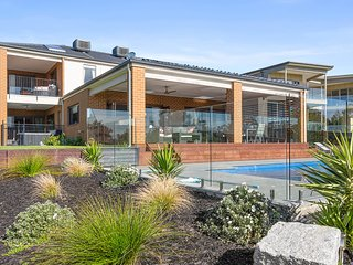 Tranquil family friendly, city/bay views, pool and spa - Mount Martha