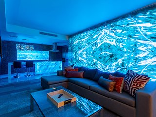 LED Onyx Wall 1bdrm Suite/Balcony & Pool view