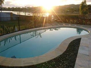 PALM LAKESIDE - Bowen Family Holiday Home Whitsundays Queensland Australia