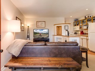 Cozy Red Roost Residence - Essential Getaway!