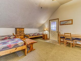 Expansive dog-friendly home w/private sauna, room for 32!