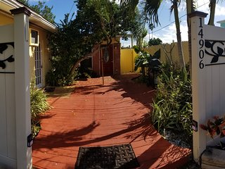 Cute cottage in Madeira Beach - walk to beach