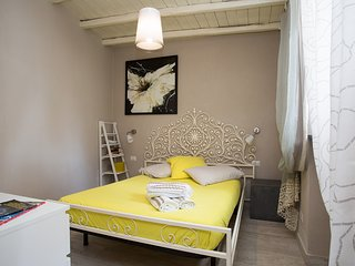 Romantic studio with private garden in Villa (old town next to the beach)
