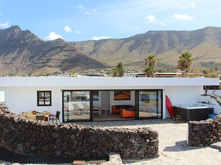 Luxury Beach Villa with whirlpool for 8 in Famara
