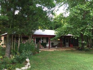 Creekside cabin, hot tub, fire ring, farmstay, fishing, kayaking, UNPLUG!