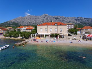 Great holiday home with 4 bedrooms directly on the beach(ŽMJO-1)