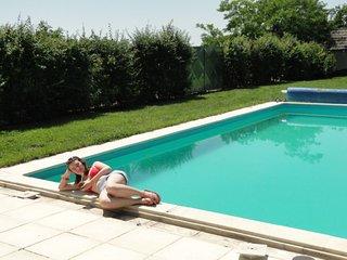 Vakantiewoning mt zwembad mt afgesloten tuin  10personen