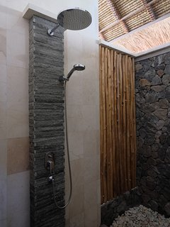 all bathrooms (3) have rain showers and additional second 'loose' shower