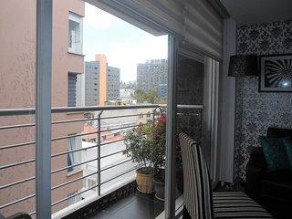 EL balcón con vista de la ciudad es un lugar para los fumadores y un área ideal para el relax.