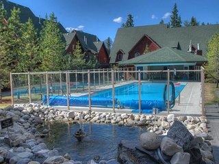 A Vacation Awaits!!! Outdoor Pool/Hottub in a Wonderful 2 Bedroom Chalet