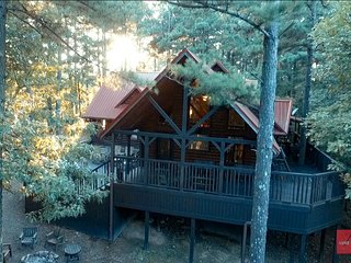 Mountain Star Lodge cabin, 3 Bedrooms plus Bedroom Loft, Hot tub, Sleeps 12