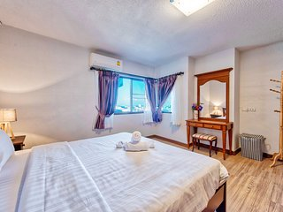 Big Flat with balcony, pool and gym short walk to downtown