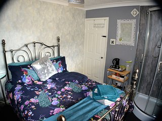 Double Bedroom with Free Parking Nr Train, Heathrow, Windsor, Liquid Leisure