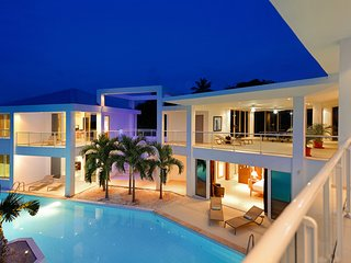 GRAND BLEU... The name says it all! Fabulous 4BR contemporary villa, walk to Plu