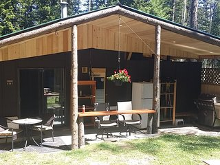 Quiet and serene. Cozy Cabin/RV. self sufficient with yard and pit fire.