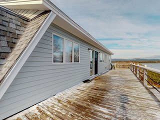 Charming cottage w/grill, private deck, and stunning ocean views!