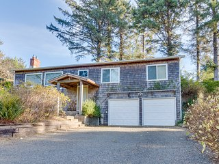 Cozy, family-friendly house w/ deck & views - near town, walk to the beach!