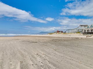 Dog-friendly townhouse on the coast w/ jetted tub, balcony - easy beach access