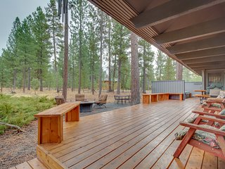 Spacious mountain cabin w/ private hot tub & SHARC passes - dogs ok!