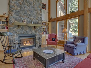 Lodge with separate studio right on golf course w/ shared hot tub, pool & sauna