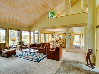 Great location next to the golf course, plus a private hot tub & shared pool!
