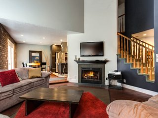 Large condo w/gas fireplace, private hot tub, gourmet kitchen, foosball
