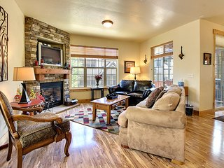 Cozy w/private hot tub, jetted tub + shared pool! Easy access to 3 ski resorts!