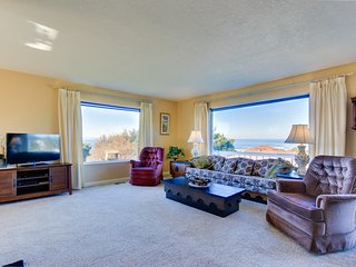 Cozy & dog-friendly oceanview home w/the best views in Road's End!