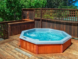 Home w/private hot tub; deck & ocean views; park access