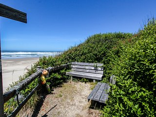 Oceanfront upstairs condo w/beach access - dogs welcome!
