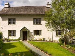 Roger Ground: Self Catering Holiday Cottage (Sleeps 12) with Wi-Fi
