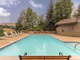 Comfy condo w/shared pool & hot tub-near slopes, dining & town