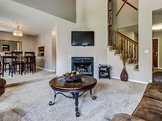 Spacious townhome w/ gas fireplace, private hot tub, pool table, & patio