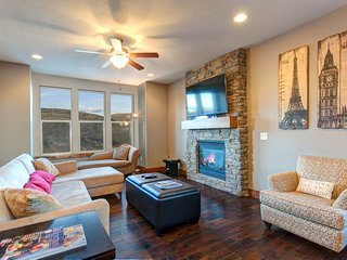 Home w/ fireplace, private hot tub, shared pool, game and fitness facilities