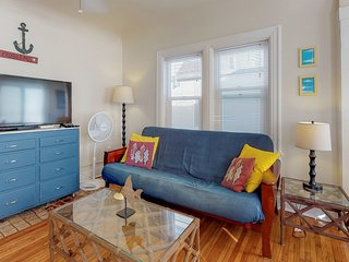 Third-floor condo steps from beach - comes w/ boogie boards!