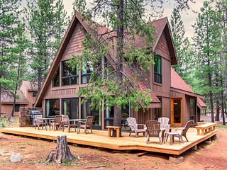 Sunny dog-friendly cabin w/ private hot tub, SHARC access & entertainment!