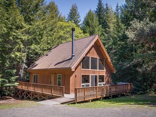 Luxurious Getaway w/ Deck, Private Hot Tub, & Gas Fireplace - Close to Mendocino